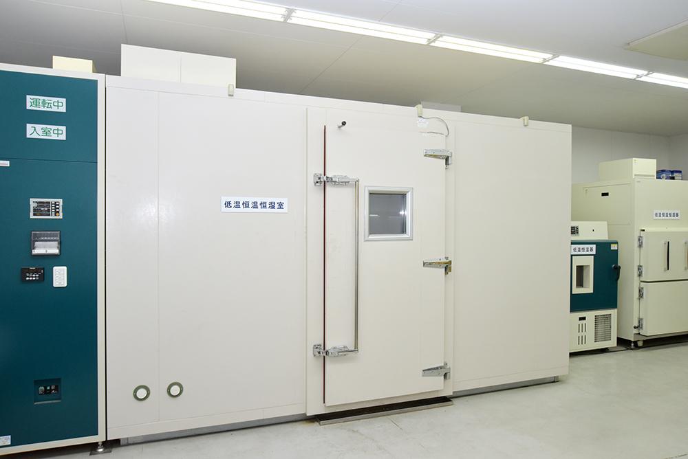 低温恒温恒湿室(大)、低温恒温恒湿器(小)、冷熱衝撃試験器